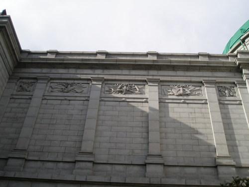 表慶館外壁レリーフ